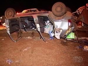 Três vítimas de acidente estavam no mesmo carro na BR-060, em Goiás (Foto: Reprodução/ TV Anhanguera)