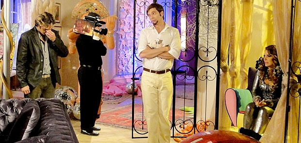 Na frente das câmeras, Chayene revela a farsa (Foto: Cheias de Charme / TV Globo)