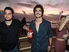 Caio Castro curte festa em Trancoso após confusão com fotógrafo