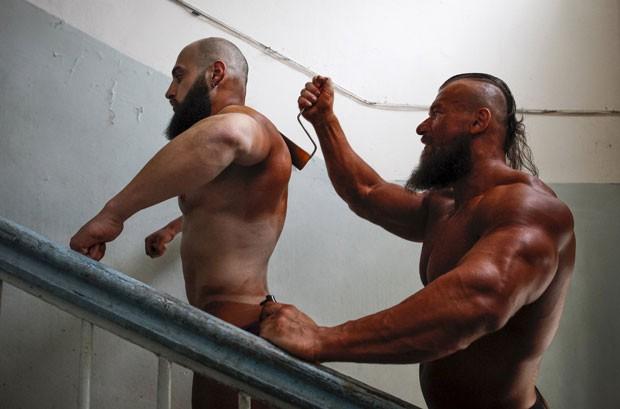 Na principal categoria, os competidores usaram pintura corporal à base de óleo para definir e realçar os músculos (Foto: Eduard Korniyenko/Reuters)