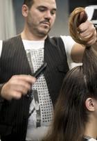 Aprenda a fazer um penteado com topete para domar os fios