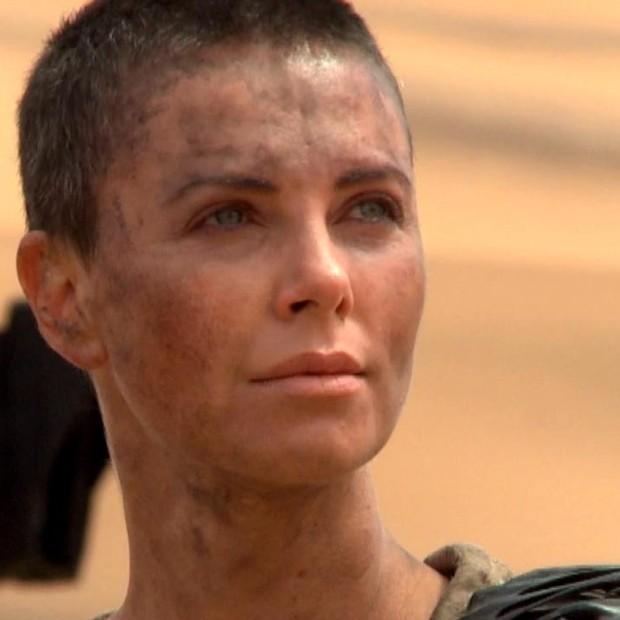 """A bombshell Charlize Theron raspou os cabelos para as filmagens de """"Mad Max"""" (Foto: Divulgação)"""