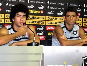 Bruno Mendes e Jadson na coletiva do Botafogo (Foto: Raphael Marinho / Globoesporte.com)