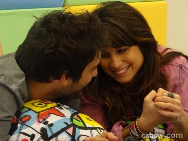 Pegango fogo! Cada vez mais atraídos, Manu e Davi decidem fazer game romântico (Foto: Geração Brasil/TV Globo)