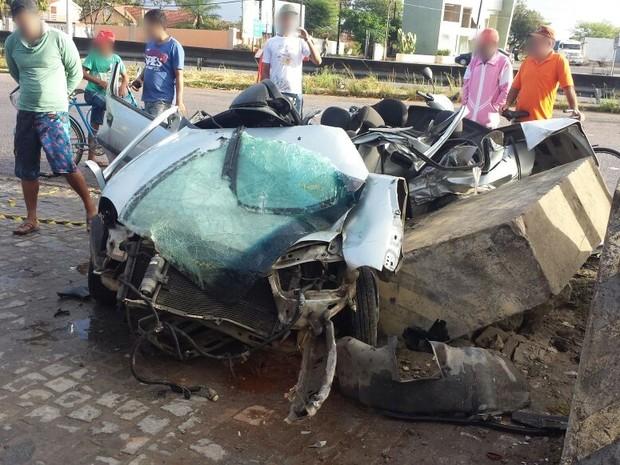 Carro capotou e bateu em placas de concreto na BR-232, em Gravatá' (Foto: Divulgação/PRF)