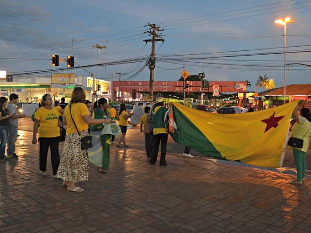 Manifestantes se reuniram na tarde desta quarta-feira (23) na entrada do Parque da Maternidade, no Centro de Rio Branco (Foto: Aline Nascimento/G1)