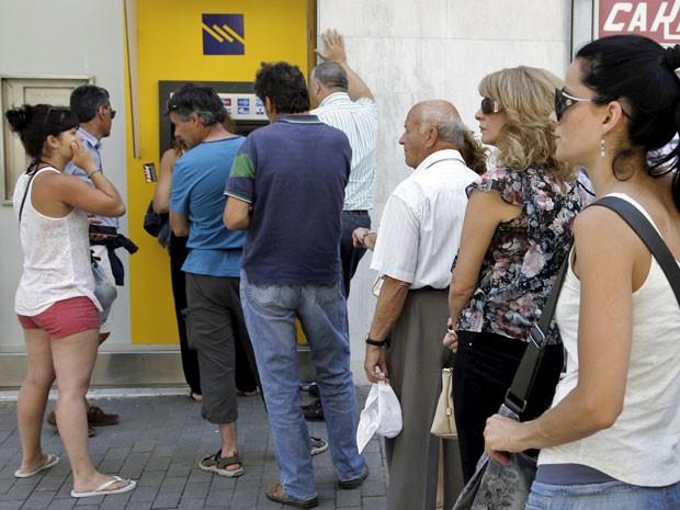 População faz fila para usar caixa eletrônico neste domingo (28) em Creta, na Grécia (Foto: Stefanos Rapanis/Reuters)