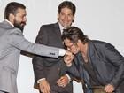 Brad Pitt dá beijo em Shia LaBeouf em première nos Estados Unidos