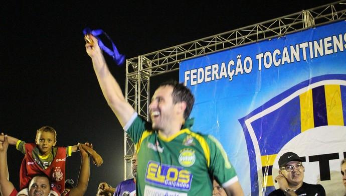 Régis Wenzel comemora com a medalha de artilheiro do Tocantinense 2016 (Foto: Vilma Nascimento/GloboEsporte.com)