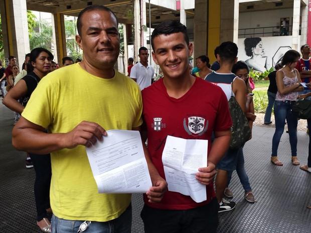 Carlos Zito de Carvalho e Carlos Zito de Carvalho Júnior são pai e filho e fazem prova na mesma sala (Foto: Humberto Trajano/G1)