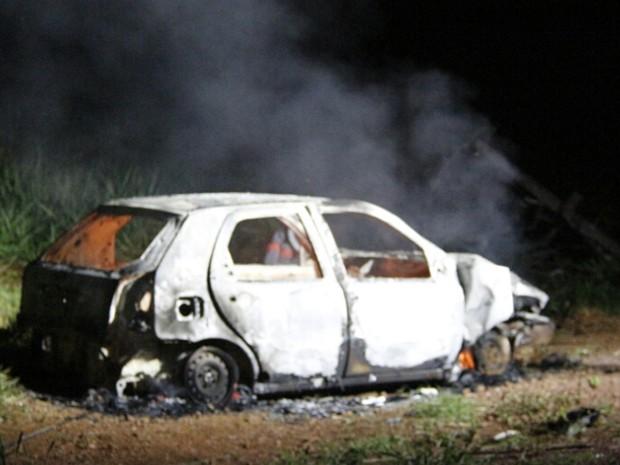 Carro envolvido em batida foi totalmente consumido pelas chamas (Foto: Corpo de Bombeiros/Reprodução)