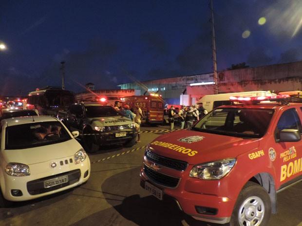 Às 18h, era grande o movimento de equipes dos Bombeiros, Samu e IML na frente do Complexo do Curado (Foto: Luna Markman / G1)