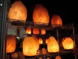 Luminárias com pedras do Himalaia purificam o ambiente (Foto: Mariane Rossi/G1)