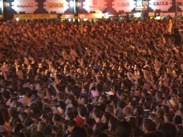 Camarotes lotaram e plateia chegou a levar cadeiras para assistir o show (Foto: Rafael Melo/G1)
