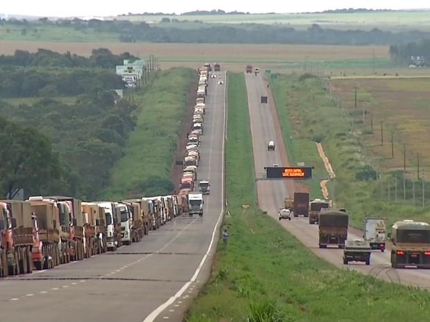 Fila de caminhoneiros chegou a 7 km na BR-163, em Rondonópolis (Foto: Reprodução/TVCA)