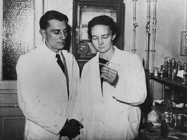 A física nuclear Irene Joliot-Curie e seu marido, o cientista Jean Frederic Joliot-Curie, na primeira metade do século XX. Quando a qualidade de vida aumenta, elas se beneficiam mais (Foto: Getty Images)