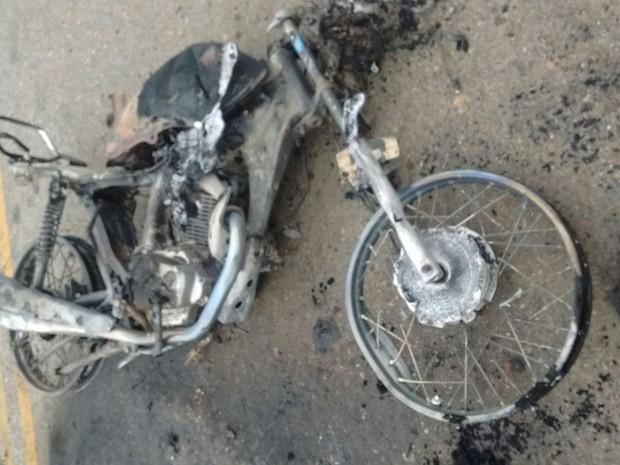 Motocicleta pegou fogo após bater em carro (Foto: Divulgação/Polícia Militar)