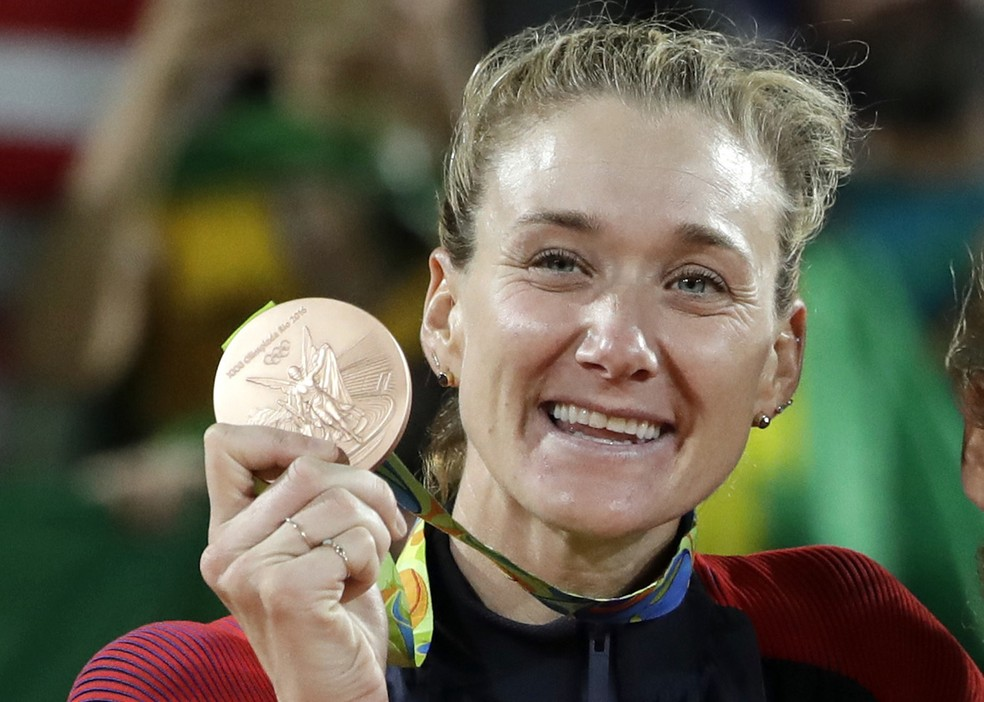 Kerry Walsh Jennings posa com o bronze no pódio da Olimpíada Rio 2016 (Foto: AP Photo/Marcio Jose Sanchez)