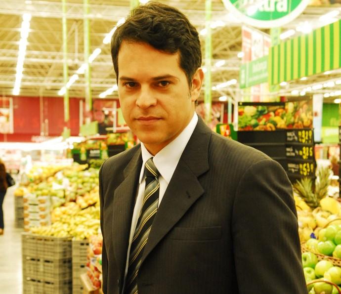 Juan Alba entra em 'Velho Chico' como o pianista Amadeu, que vai se encantar por Iolanda, personagem de Christiane Torloni; na foto, ele posa como um delegado que interpretou em 2008, na novela 'Duas Caras' (Foto: João Miguel Júnior/ Globo)
