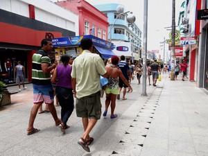 Comércio atrai pessoas no feriado. (Foto: G1 AL)