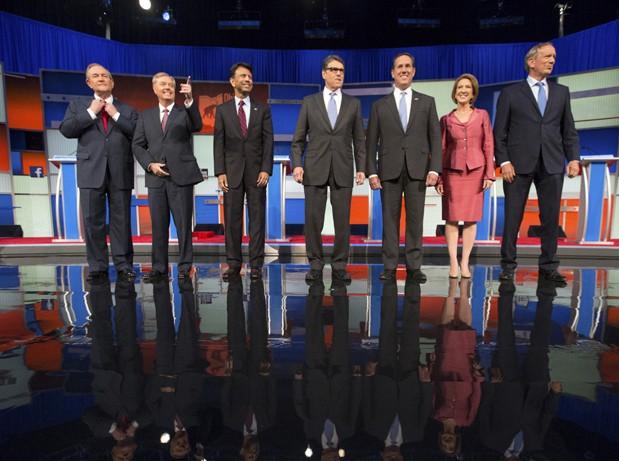 Sete pré-candidatos com menores intenções de voto fizeram outro debate entre republicanos. A partir da esquerda: Jim Gilmore, Lindsey Graham, Bobby Jindal, Rick Perry, Rick Santorum, Carly Fiorina e George Pataki (Foto: AP Photo/Andrew Harnik)