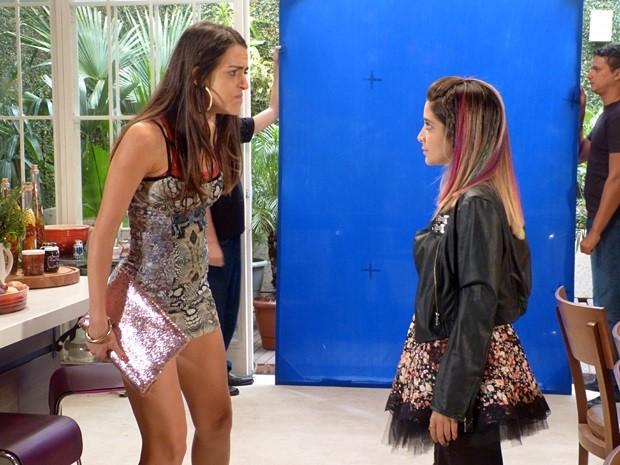 Puro recalque! Selma enfrenta Samantha (Foto: Além do Horizonte/TV Globo)