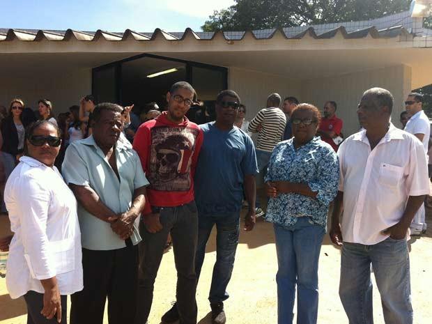 Parentes do professor assassinado em Planaltiona durante velório na manhã desta segunda (5) (Foto: Luiza Facchina/G1)