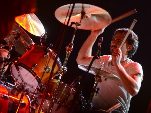 Brad Wilk, baterista da banda americana Smashing Pumpkins, durante apresentação no palco AXE (Foto: Fla])