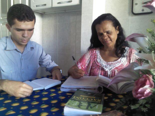 Levi e Maria estudam diarimente para o Enem (Foto: Marina Fontenele/G1 SE)