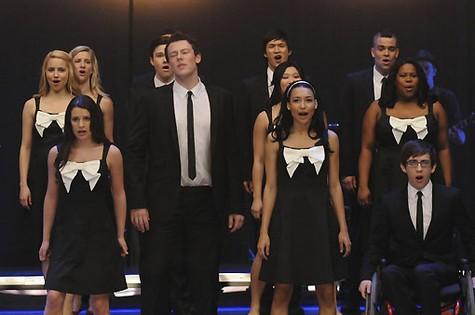 Cory Monteith (Finn) ao lado de colegas de elenco de 'Glee' (Foto: Reprodução da internet)