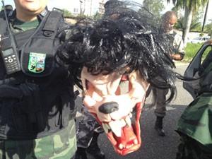 Máscara usada no assalto foi encontrada com um dos suspeitos (Foto: Walter Paparazzo/G1)