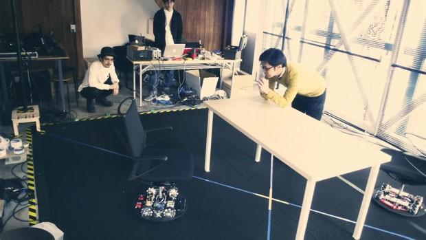Cadeiras-robô de escritório que voltam sozinhas a seus lugares criadas pela montadora Nissan e a fabricante Okamura. (Foto: BBC)