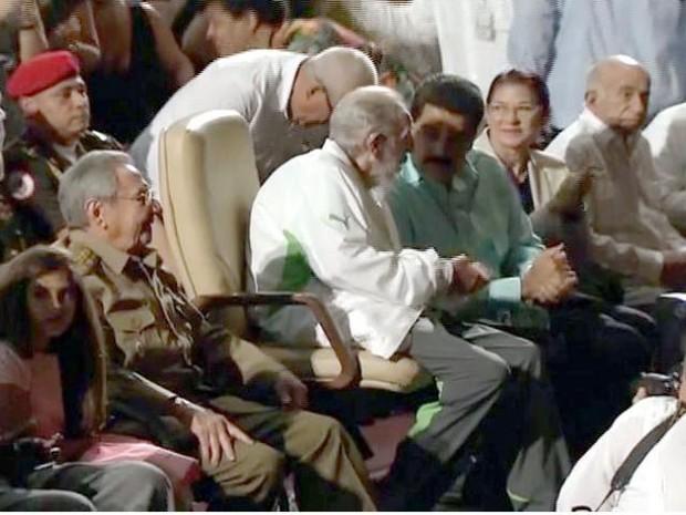 Ex-presidente cubano Fideral Castro aparece ao lado de Nicolas Maduro, da Venezuela, e seu irmão, o presidente Raul Castro, em Havana, neste sábado (13), durante seu aniversário de 90 anos (Foto: STR/AFP)