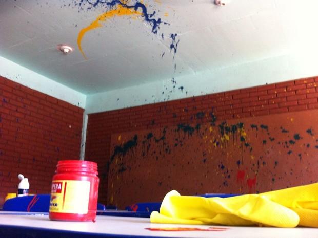 Sala foi vandalizada com tinta durante um dos arrombamentos (Foto: Giulia Perachi/RBS TV)