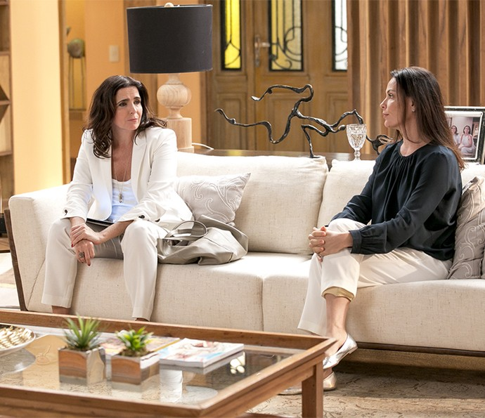 Rebeca desabafa com Penélope (Foto: Isabella Pinheiro/Gshow)