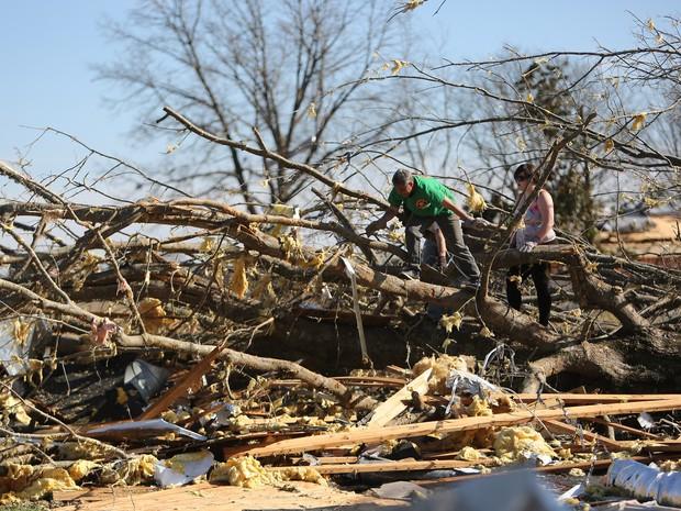 Voluntários ajudam com limpeza no Calvário Igreja Batista após um tornado em Ashland, no Mississippi (Foto: Stan Carroll / The Commercial Appeal via AP)