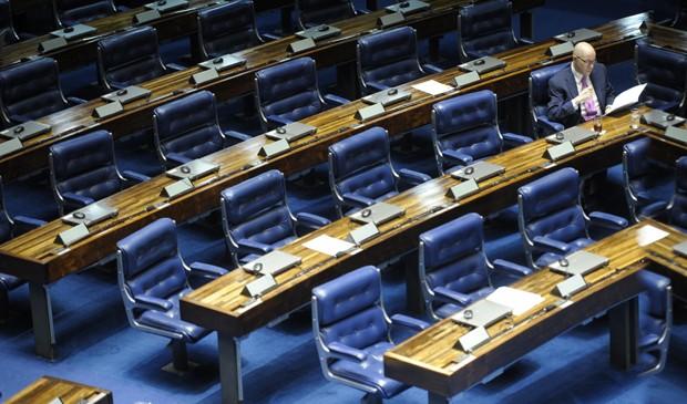 O senador Demóstenes Torres (sem partido-GO) antes de discursar em sua defesa para um plenário esvaziado na última segunda (2) (Foto: Pedro França/Agência Senado)
