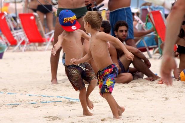Rodrigo Hilbert e filhos na praia (Foto: J.Humberto/AgNews)