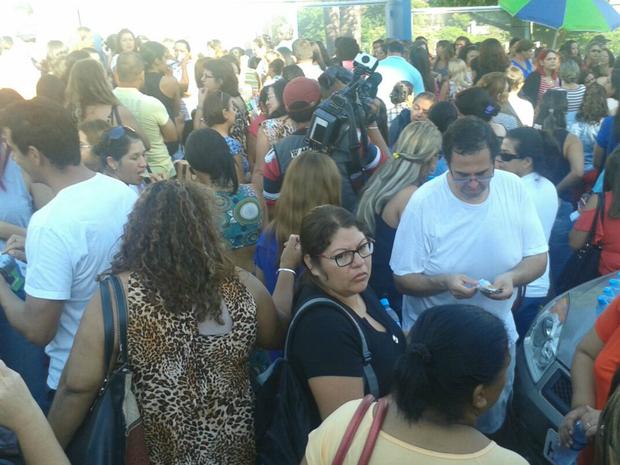 Candidatos se concentram na entrada de universidade antes dos portões serem abertos (Foto: Osvaldo Nóbrega/ TV Morena)