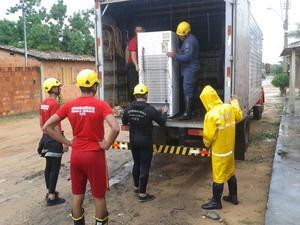 Corpo de Bombeiros ajudou a transportar móveis das famílias atingidas. (Foto: Divulgação/Corpo de Bombeiros)
