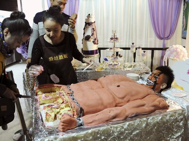 Confeitaria criou bolo bizarro inspirado em jovem musculoso na China (Foto: Reuters)