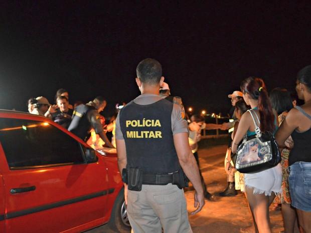 Em certos momentos, policiais precisaram conter familiares que buscam informações sobre detentos  (Foto: Quésia Melo/G1)