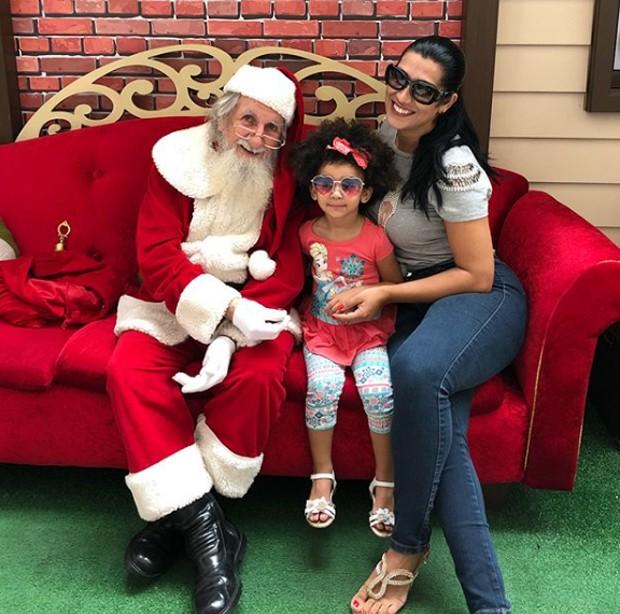 Moranguinho e a filha com Papai Noel (Foto: Reprodução/Instagram)