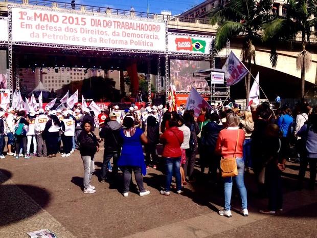 Concentração ato da CUT no Anhangabaú (Foto: Rafael Miotto/G1)