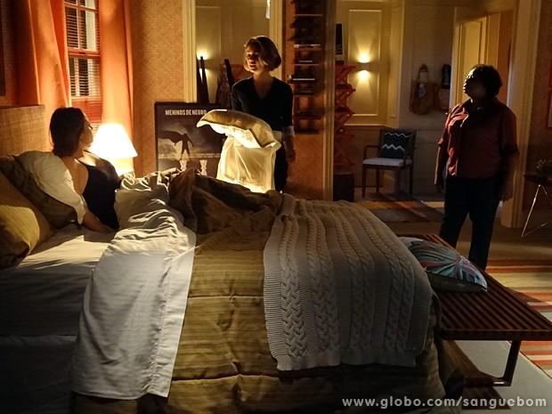 Malu acorda e se assusta ao ver a irmã (Foto: Sangue Bom/TV Globo)