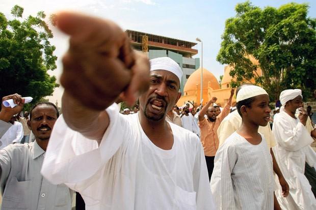 Manifestantes protestam contra o filme em frente à Grande Mesquita de Cartum, no Sudão, nesta sexta-feira (14) (Foto: AFP)