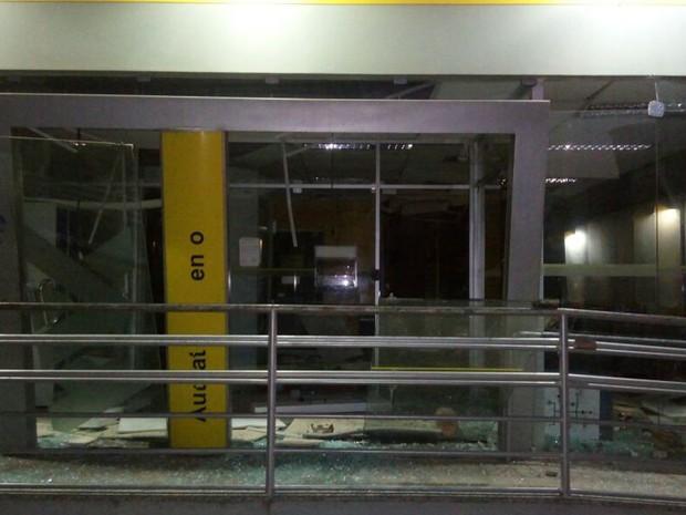 Criminosos destruíram as portas de acesso à agência  (Foto: Divulgação/ Policia Militar)