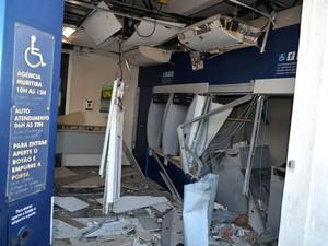 Parte interna da agência da Caixa ficou completamente danificada (Foto: Edgard Abbehusen)