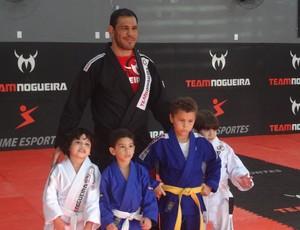 Minotouro com crianças em academia de Ananindeua (Foto: GLOBOESPORTE.COM)