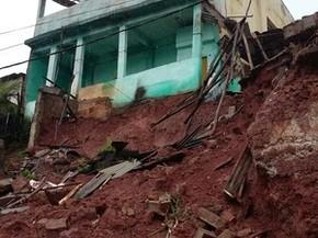 Barranco desaba e leva parte de uma casa em Teófilo Otoni (MG). (Foto: Ana Carolina Magalhães/Inter TV dos Vales)